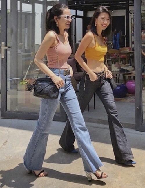 """Chi Pu – Quỳnh Anh Shyn khỏe khoắn với trang phục dạo phố theo xu hướng """"Rewind 90s"""". Cả 2 cùng diện áo 2 dây khoe vòng eo con kiến, đi cùng jeans ống loe cạp trễ cực kì tôn dáng."""