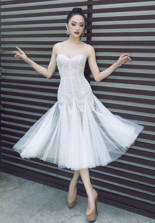 Hương Giang Idol diện đầm 2 dây, với chất liệu voan mỏng nhẹ như sương. Kiểu dáng ôm sát, đan xen những mảng voan xuyên thấu giúp người đẹp khoe trọn vóc dáng thon gọn và làn da trắng sứ nuột nà.