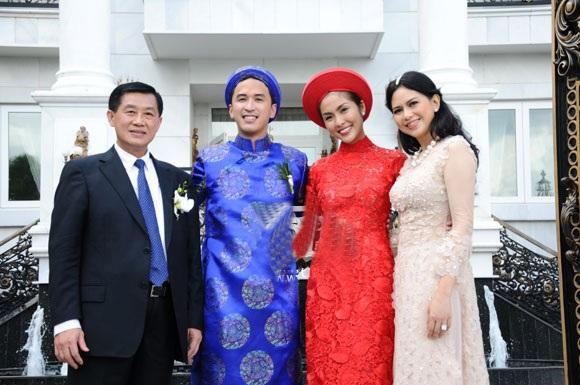 Tháng 11/2012, Tăng Thanh Hà chính thức lập gia đình với một doanh nhân người Philippines gốc Việt là Louis Nguyễn, kết thúc khoảng thời gian hẹn hò từ năm 2009. Được biết, bố chồng Hà Tăng là lãnh đạo tập đoàn kinh doanh đa quốc gia nắm giữ 30% thương hiệu thời trang nổi tiếng của thế giới ở Việt Nam.