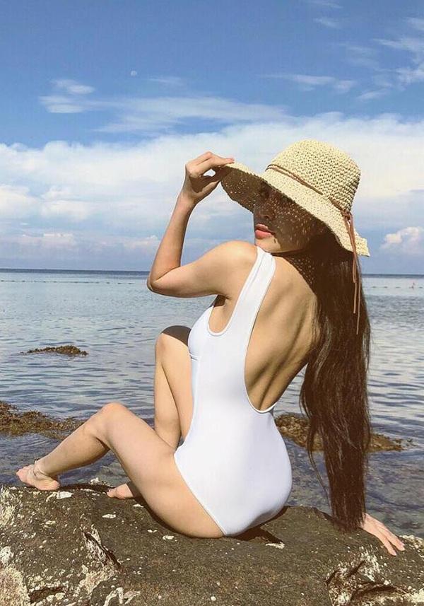 """Mới đây, người đẹp đã chia sẻ trên trang cá nhân của mình về hình ảnh chuyến du lịch tại Phú Quốc, Kiều Anh diện trang phục bikini liền mảnh màu trắng, bó sát cơ thể khoe trọn body """"không chút mỡ thừa"""" của mình. Hình ảnh của cô khiến nhiều người bất ngờ và ngưỡng mộ bởi Kiều Anh đang trong giai đoạn nuôi con nhỏ nhưng thân hình của cô bây giờ còn """"trội"""" hơn so với trước kia."""