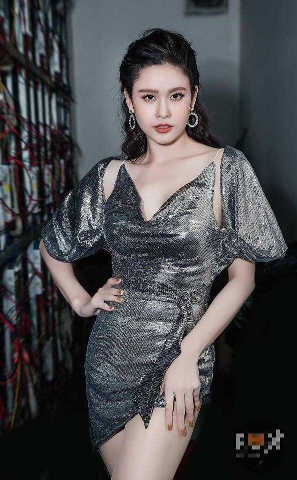 """Sau nỗi buồn chia tay, Trương Quỳnh Anh cuối cùng cũng lấy lại được phong độ ngày nào. Người đẹp lựa chọn trang phục diễn với chất kiệu metalic hợp mốt. Các chi tiết cổ đổ, thắt eo và chiều dài chân váy vừa đủ """"nóng mặt"""" giúp người đẹp nổi bật trên sân khấu."""