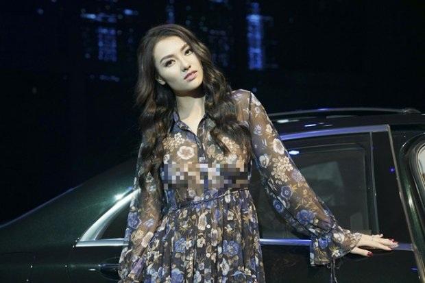 """Tham gia một triển lãm tại Hà Nội, Hồng Quế khiến khán giả """"choáng"""" khi diện chiếc váy mỏng tang mà không hề có sự che chắn nào. Người đẹp khiến mọi người đặt ra nghi vấn, liệu cô có đang """"dọn đường"""" trở lại showbiz bằng một cách tai tiếng thế này."""