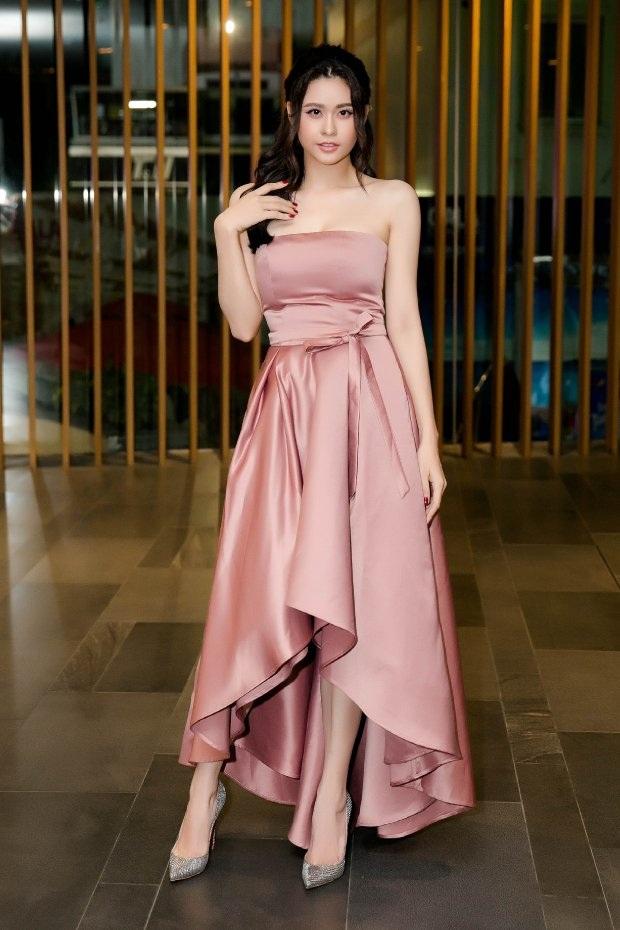 Con gái sau khi chia tay thường đẹp lên trông thấy, câu này hoàn toàn đúng với trường hợp của Trương Quỳnh Anh. Trong sự kiện gần nhất, người đẹp diện đầm lụa màu hồng da bắt mắt, kết hợp cùng lối trang điểm nhẹ nhàng đậm chất Hàn Quốc.