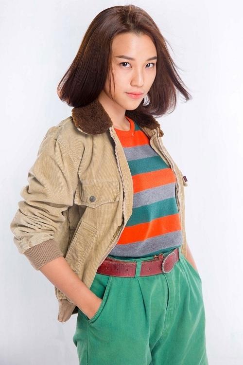 1 năm sau khi chia tay, cuộc đời Hoàng Oanh có nhiều thay đổi lớn. Cô nàng quyết định cắt tóc ngắn và thay đổi hình ảnh sang hướng trẻ trung, độc lập và quyền lực hơn.