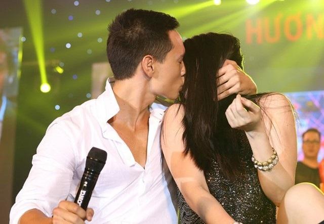 """Những cử chỉ thân mật của cặp đôi ở nơi đông người càng làm dư luận chú ý. Cũng như """"49 ngày"""", """"Hương Ga"""" cũng thu lợi lớn từ chuyện tình này."""
