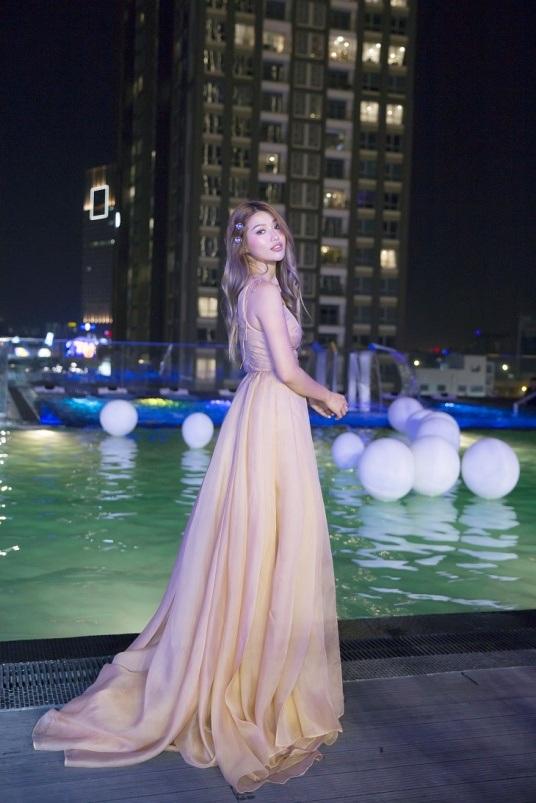 Trong không gian tiệc tối lãng mạn được tổ chức tại hồ bơi ngoài trời, thiết kế này đã tôn lên vẻ đẹp ngọt ngào, quyến rũ của Quỳnh Châu.