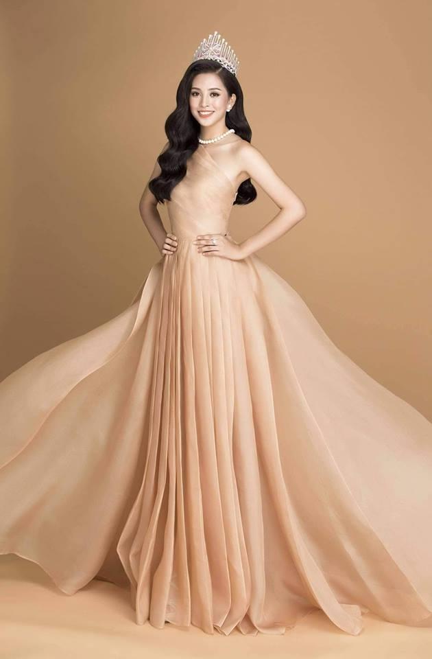 Tuy nhiên, khá bất ngờ, trước đó không lâu, trang phục này cũng đã được Trần Tiểu Vy diện tại một sự kiện, giúp hoa hậu Việt Nam 2018 khoe vẻ đẹp rạng ngời cùng phong cách sang chảnh.