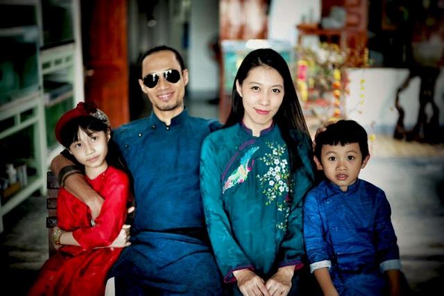 """Vợ chồng Phạm Anh Khoa, Thùy Trang cùng hai con Cào Cào và Châu Chấu. Đặc biệt, Châu Chấu khá quen thuộc với khán giả truyền hình khi cùng bố Khoa tham gia chương trình 'Bố ơi, mình đi đâu thế"""" được phát sóng trên VTV3."""