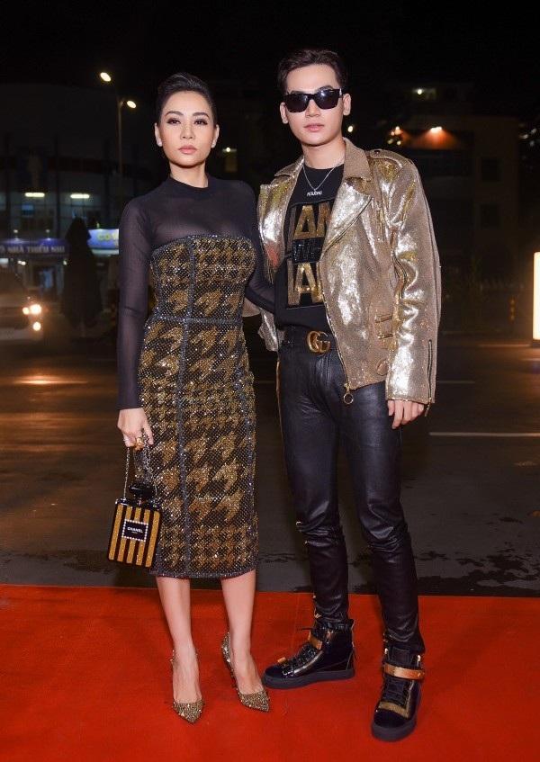 Sánh đôi cùng Ali Hoàng Dương trên thảm đỏ một show thời trang lớn, Thu Minh trở thành tâm điểm ánh nhìn bởi trang phục sang trọng, tôn được vóc dáng săn chắc, khỏe khoắn dù đã ở tuổi 41.