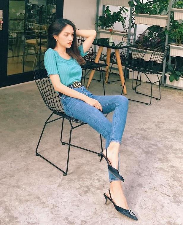 Hoa hậu Hương Giang diện streetstyle khỏe khoắn với áo tay lửng và skinny jeans, kết hợp cùng thắt lưng hàng hiệu để tăng độ đẳng cấp cho trang phục. Tuy nhiên, có thể thấy cân nặng của người đẹp vẫn chưa được cải thiện, để lộ phần vai xương xẩu.
