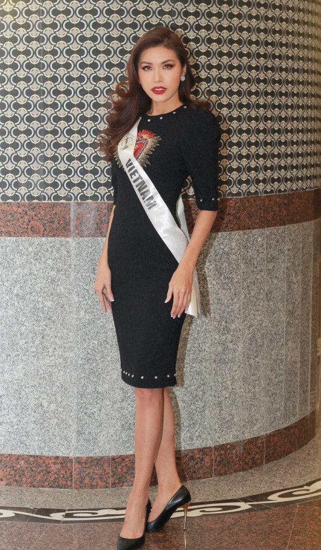 """Gặp nhiều sóng gió trong suốt thời gian tham gia Miss Supranational tại Ba Lan, Minh Tú bị nhiều khán giả nhận xét là đang đuối dần khi bắt đầu thể hiện phong độ thời trang không ổn định. Bộ cánh """"già chát"""" bên trên là một ví dụ điển hình."""