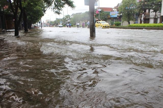 Quốc lộ ngập úng, dân phá dải phân cách khơi thông - 11