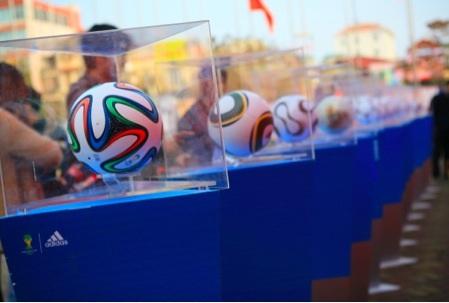 Quả bóng Brazuca khổng lồ xuất hiện tại Hà Nội