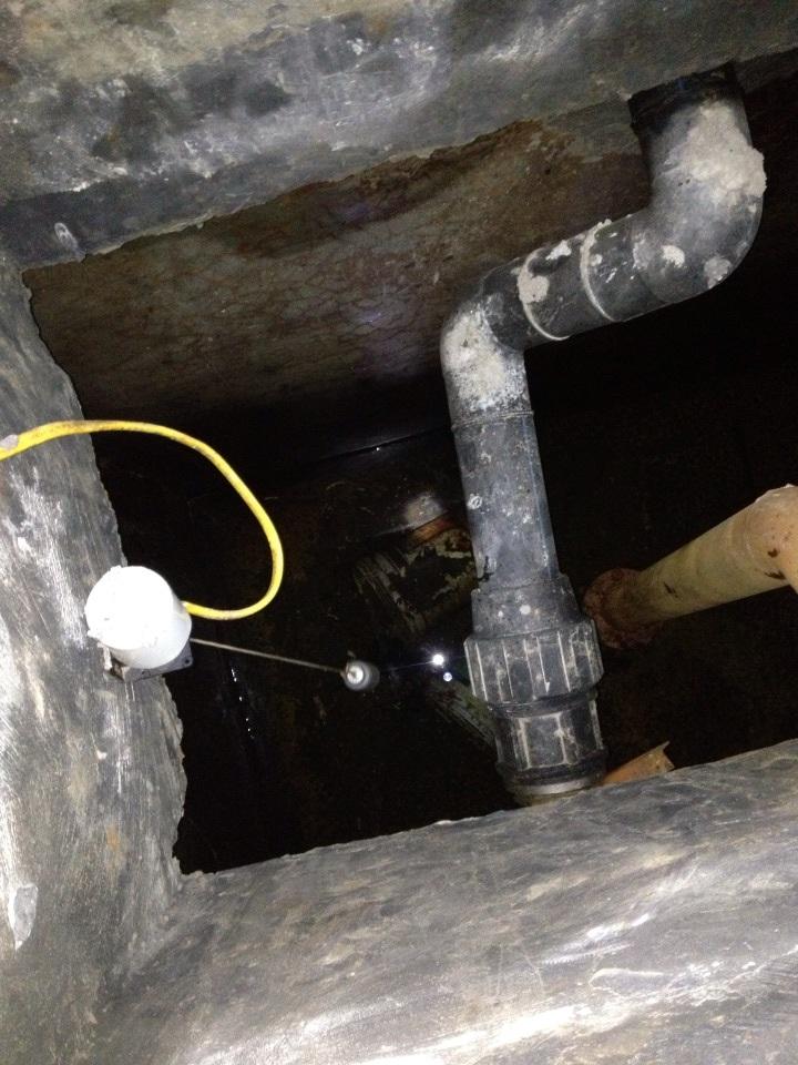 Bể chứa nước A3 có chứa cả gạch, xô sơn và cặn bẩn...