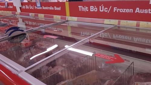 Thịt đông lạnh, rau siêu thị giá cao đang dần chiếm lĩnh tủ lạnh các hộ gia đình.