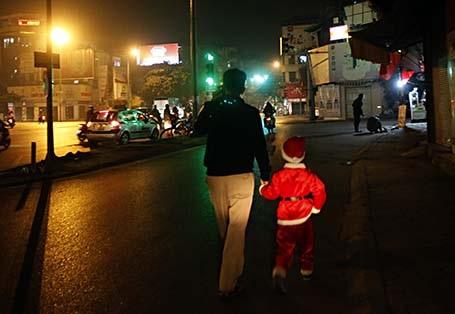 11h đêm ngày 24/12, một ông già Noel tí hon lếch thếch theo bố đến nhà thờ Hàng Bột - Hà Nội