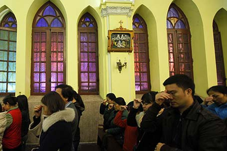 Đoàn rước lễ với bánh thánh và nước thánh