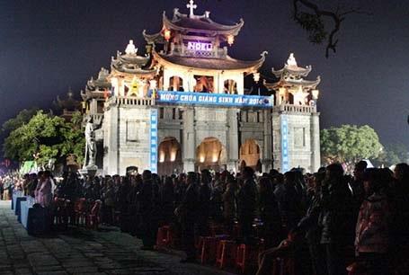Ban Chánh Tòa nhà thờ Đá Phát Diệm làm lễ đón thời khắc Chúa Giáng Sinh