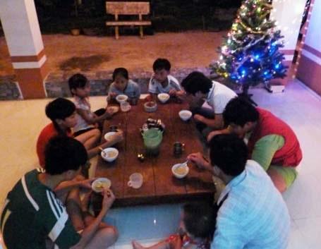 Những du khách nước ngoài đón Giáng sinh và năm mới tại đất phố cổ Hội An - Ảnh Nguyễn Trang