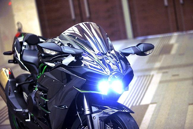 Mẫu xe này sử dụng đèn pha dạng chiếu đi kèm đèn chiếu sáng ban ngày dạng led