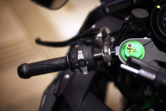 Phím điều khiển chức năng bên tay trái tích hợp cùng nút điều khiển đèn báo rẽ