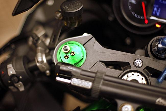 Bộ giảm xóc trước dạng up-side-down có thể điều khiển được các chế độ thích ứng
