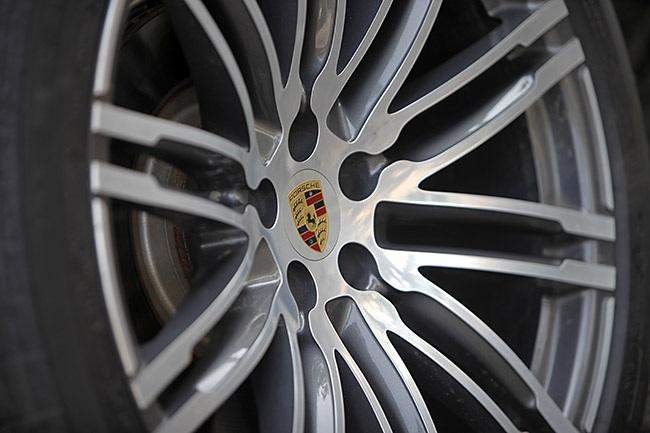 Bộ chụp có logo Porsche cũng là trang bị lựa chọn thêm trên Macan