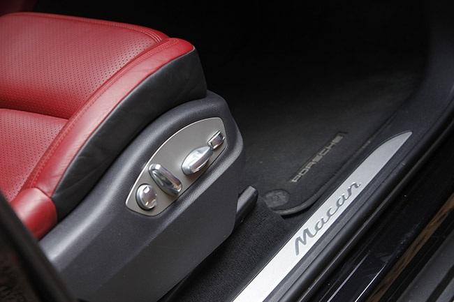 Ghế phụ chỉnh điện cũng là trang bị tiêu chuẩn