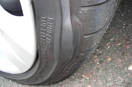 Hãy thay lốp khi phát hiện vết nứt hoặc phồng bất thường trên thành lốp