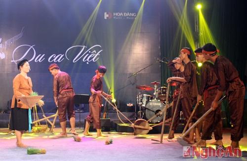 """Hoạt cảnh cấy lúa, tát nước đêm trăng được tái hiện sinh động trên sân khấu """"Du ca Việt"""" qua tiết mục Ví phường cấy."""