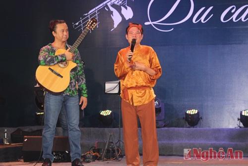 """Gượng dậy từ giường bệnh, nghệ sỹ Mai Trọng Kiên đã có những phút thăng hoa trên sân khấu """"Du ca Việt""""."""