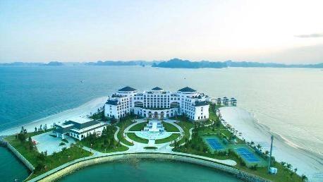 Từ Vinpearl Hạ Long Bay Resort có thể chiêm ngưỡng toàn bộ khung cảnh thiên nhiên hùng vĩ của Vịnh Hạ Long