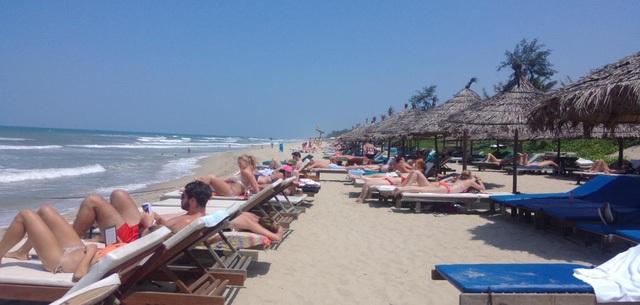 Hình ảnh chụp thực tế tại bãi biển An Bàng - Hội An - đây được xem là bãi tắm có số lượng du khách quốc tế đến tắm đông nhất cả nước.