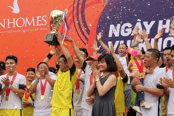 Niềm vui của những người chiến thắng khi sở hữu chiếc cup vô địch Vinhomes năm nay.
