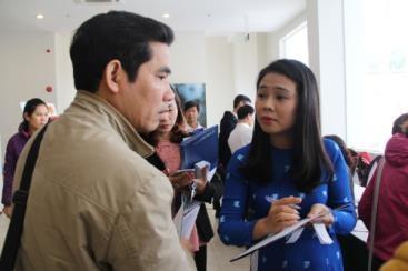 Nhân viên VNPT tư vấn cho doanh nghiệp về giải pháp hoá đơn điện tử