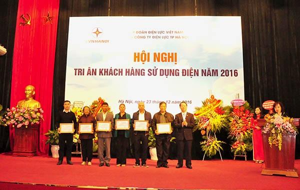 Ông Nguyễn Quang Trung Phó Tổng Giám đốc EVN trao phần thưởng cho các khách hàng may mắn trúng giải.