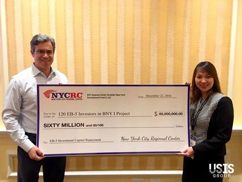 Ông Paul Levinsohn (Chủ tịch NYCRC) trao tấm check tượng trưng cho việc hoàn trả 60 triệu USD khoản vay EB-5 cho 120 nhà đầu tư trong dự án Brooklyn Navy Yard (giai đoạn một).