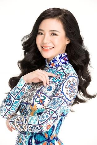 Duyên dáng trong tà áo dài Việt. Vẻ đẹp lộng lẫy của Doanh nhân trẻ và cũng chính là là ứng viên duy nhất tham gia Mrs Asia International 2017 do Mạng lưới Nữ Lãnh đạo Quốc tế (WLIN) và Học viện Pro Image đề cử