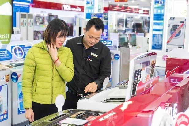 Máy giặt Inverter được người tiêu dùng trẻ quan tâm mua nhiều tại các siêu thị điện máy dịp mua sắm cuối năm.