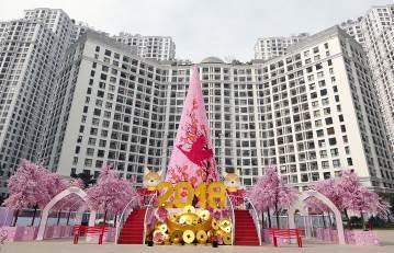 Bức tranh Xuân Đắc Lộc được kết từ 150.000 bông hoa đào một cách công phu, tỉ mỉ là món quà độc đáo dành tặng người dân. Nơi đây còn lộng lẫy hơn khi đêm về với hiệu ứng ánh sáng đặc biệt.