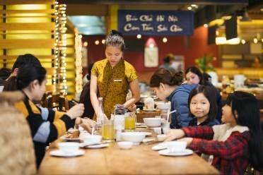 """Sau một ngày mua sắm tất bật, cả gia đình có thể cùng nhau lựa chọn """"nạp năng lượng"""" tại các nhà hàng đặc sản 3 miền hoặc các thương hiệu ẩm thực phong cách Nhật, Hàn, Thái, Ý, Mỹ."""
