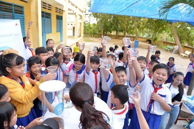Niềm vui của các em học sinh trường tiểu học B An Châu, An Giang khi được uống nước sạch