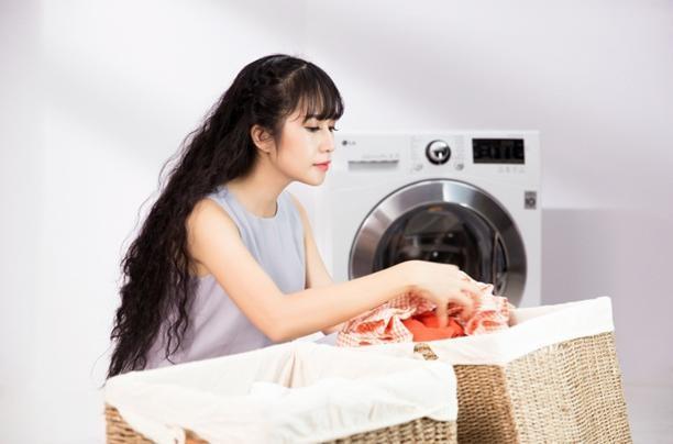 Minh Hà luôn luôn phân loại quần áo kĩ lưỡng trước khi giặt đồ