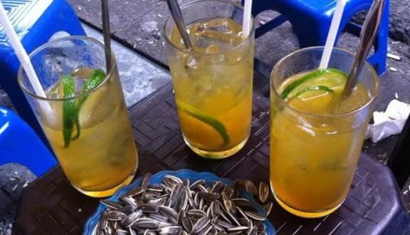 Những viên đá trong cốc trà chanh vỉa hè không rõ nguồn gốc là nguyên nhân dẫn đến các bệnh đường ruột.