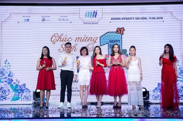Đại diện của MLi Việt Nam CEO La Trần, diễn viên Phan Minh và các kênh phân phối nâng ly chúc mừng MLi tròn 1 tuổi