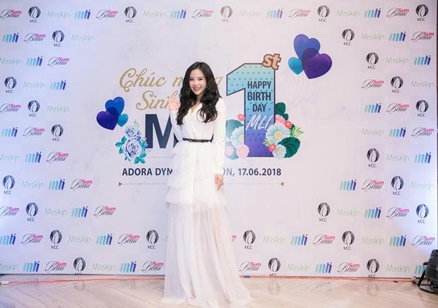 Fashionista Stella Chang là một trong những khách mời đặc biệt của sự kiện. Người đẹp chọn trang phục trắng cũng là màu chủ đạo của đêm tiệc.