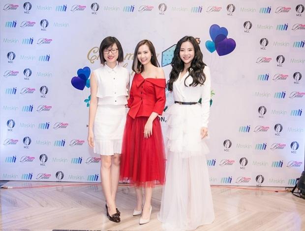 Cả hai người đẹp chụp ảnh cùng CEO MLi Việt Nam La Trần tại background