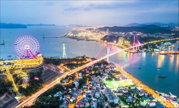 Hầm Cửa Lục nối liền Hòn Gai, Bãi Cháy và biến vịnh Cửa Lục trở thành khu vực trung tâm của Hạ Long.