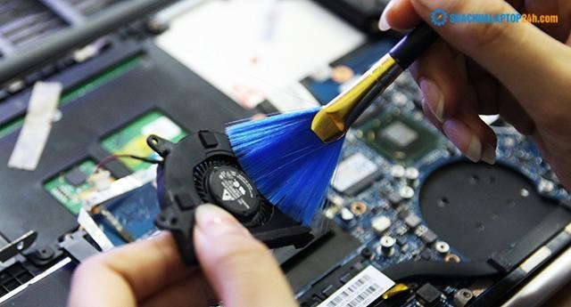 Phủi sạch bụi bẩn trên quạt tản nhiệt laptop.
