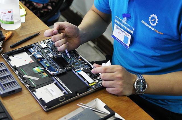 Hình ảnh kỹ thuật viên của Sửa chữa Laptop 24h.com đang vệ sinh, bảo dưỡng laptop.